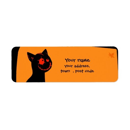 El gato negro con rojo observa la etiqueta de etiqueta de remite