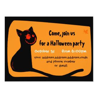"""El gato negro con rojo observa la tarjeta de la invitación 5.5"""" x 7.5"""""""