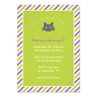 """El gato negro lindo verde embroma el cumpleaños de invitación 5"""" x 7"""""""