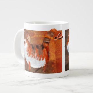 El gato oye un abrelatas taza grande