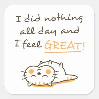 El gato perezoso lindo del gatito no hace nada pegatina cuadrada