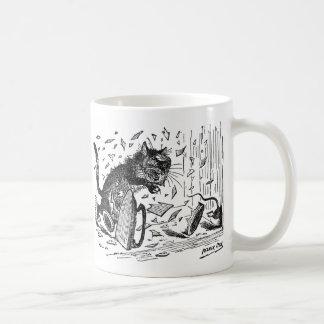 El gato pierde la cena cuando el ratón se escapa taza de café
