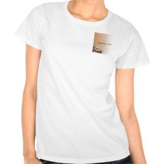 El gato rubio con el Topaz observa en la camiseta