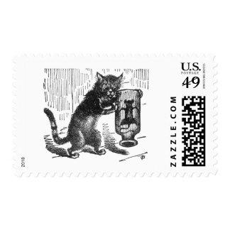 El gato sacude la botella que contiene el ratón sellos