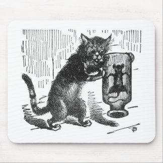 El gato sacude la botella que contiene el ratón alfombrilla de ratón