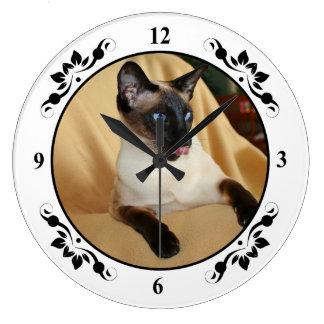 El gato siamés del punto cómico del sello que lo reloj redondo grande