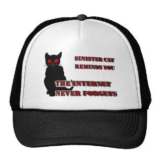 El gato siniestro le recuerda gorra