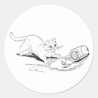 El gato vuelca el tarro de los pescados pegatina redonda