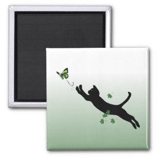 El gato y la mariposa imán cuadrado
