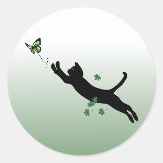 El gato y la mariposa pegatina redonda