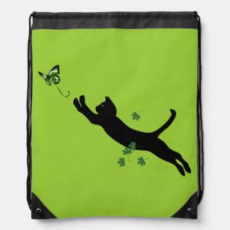 El gato y la versión 2 de la mariposa mochila