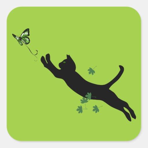 El gato y la versión 2 de la mariposa pegatina cuadradas personalizada