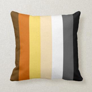 El gay lleva la bandera del orgullo cojín