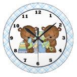 El gemelo lleva el reloj de pared del sitio del be