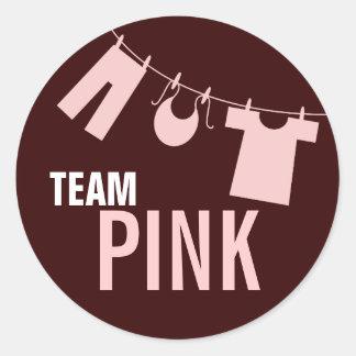 El género rosado de la ropa del bebé del equipo pegatina redonda