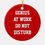 El genio en el trabajo no perturba el ornamento de adorno de navidad