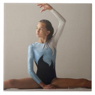 El gimnasta de sexo femenino (12-13) que se realiz tejas  cerámicas
