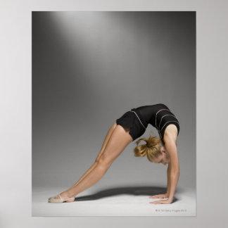 El gimnasta de sexo femenino que estiraba, estudio póster
