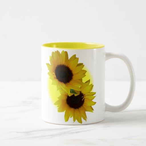 El girasol ahueca las tazas amarillas soleadas del