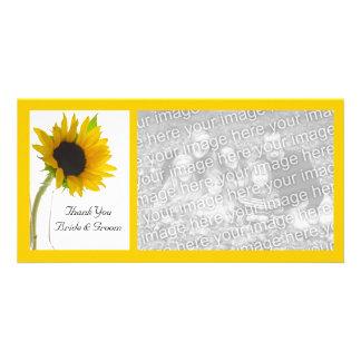 El girasol amarillo en el boda blanco le agradece tarjetas fotográficas