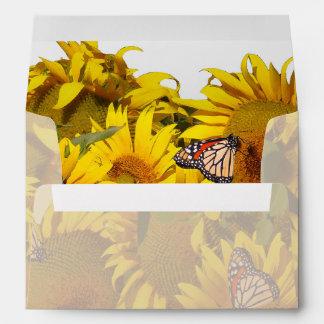 El girasol florece el sobre floral de la mariposa