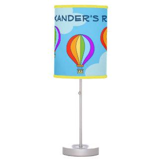 El globo colorido del aire caliente embroma la lámpara de escritorio