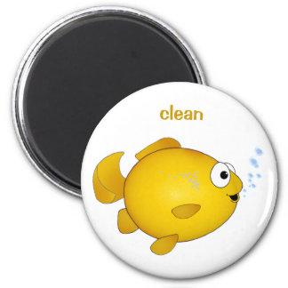 "El Goldfish feliz, ""limpia"" el imán del lavaplatos"