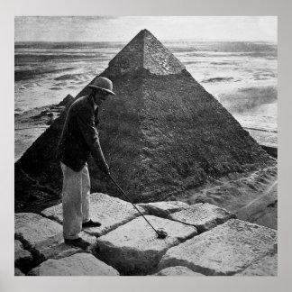 El Golfing en la pirámide blanco y negro Póster