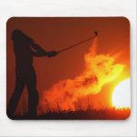 El Golfing en la puesta del sol Tapete De Ratón