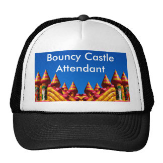 El gorra animoso del asistente del castillo
