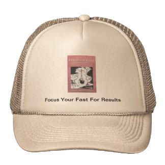 El gorra rápido enfocado del camionero