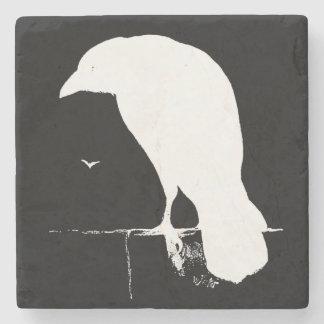 El gótico retro de la silueta del cuervo del posavasos de piedra