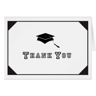El graduado joven le agradece tarjeta de nota