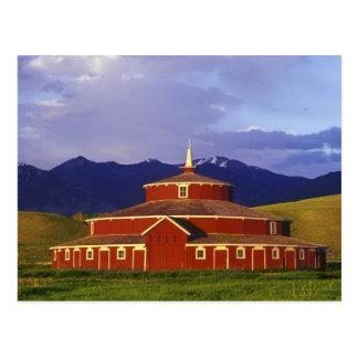 El granero redondo histórico en el gemelo tiende tarjeta postal