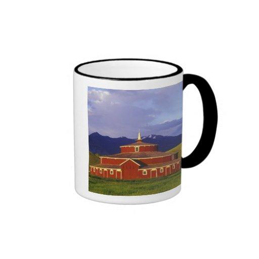 El granero redondo histórico en el gemelo tiende u tazas de café