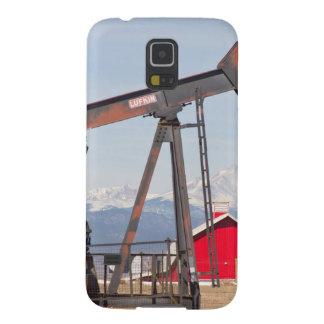 El granero rojo de Pumpjack del pozo de petróleo y Carcasa De Galaxy S5