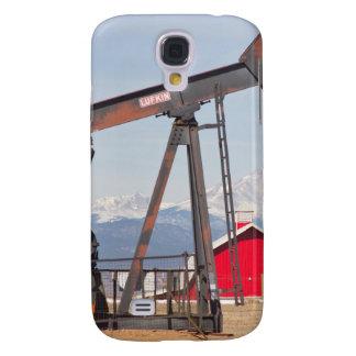 El granero rojo de Pumpjack del pozo de petróleo y