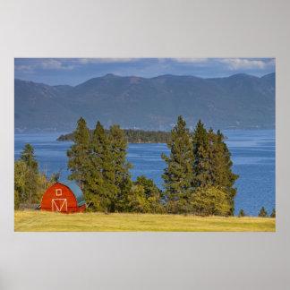 El granero rojo se sienta a lo largo del lago de c poster