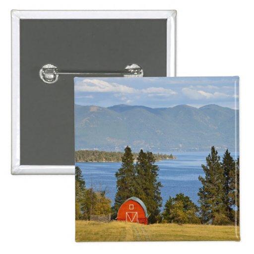 El granero rojo se sienta a lo largo del lago de c pin
