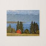 El granero rojo se sienta a lo largo del lago de c rompecabezas con fotos