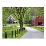 El granero y la granja rojos contienen cerca de tarjeta postal