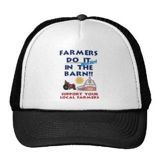 El granjero lo hace en el granero gorras de camionero