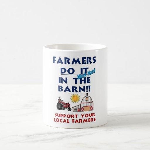 El granjero lo hace en el granero taza
