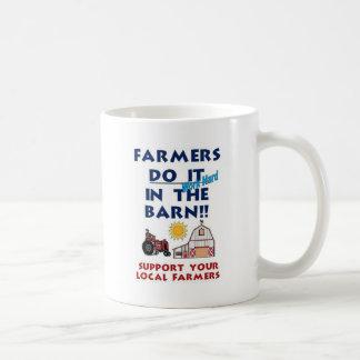 El granjero lo hace en el granero taza de café