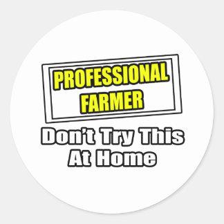 El granjero profesional… no intenta esto en casa pegatina