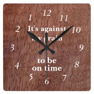 El grano de madera divertido al revés registra reloj cuadrado