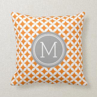 El gris anaranjado circunda la almohada decorativa