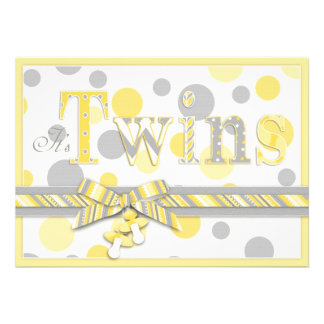 El gris gemelo del amarillo de los bebés puntea la