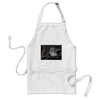 El gris Morph ScreechOwl del este en la noche Delantal