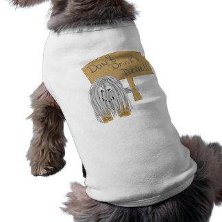 El gris no bebe y no conduce camisa de mascota